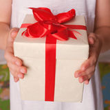 Mains d'enfants avec le cadeau Le jour de mère, le jour de père Photo libre de droits