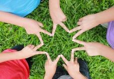 Mains d'enfants dans la forme d'étoile photo libre de droits