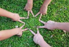 Mains d'enfants dans la forme d'étoile image libre de droits