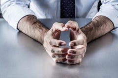 Mains d'entreprise tendues exprimant le mécontentement, l'effort, la nervosité ou l'embarras image stock