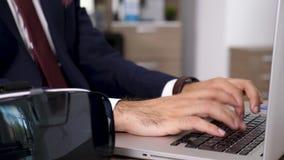 Mains d'homme d'affaires dactylographiant sur le clavier d'ordinateur portable clips vidéos
