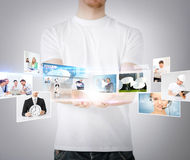 Mains d'homme avec les écrans virtuels Image stock