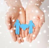 Mains d'homme avec les hommes de papier Image libre de droits