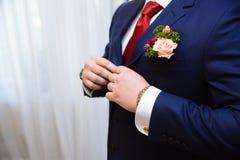 Mains d'homme d'affaires avec des boutons de manchette et des horloges Clother élégant de monsieur Photos libres de droits