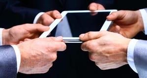 Mains d'homme d'affaires avec la tablette. Image libre de droits