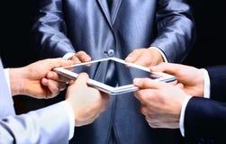 Mains d'homme d'affaires avec la tablette Photographie stock