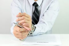 Mains d'homme d'affaires avec les chaînes et le contrat Photo stock