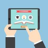 Mains d'homme d'affaires tenant la tablette avec le système d'apprentissage en ligne Image libre de droits