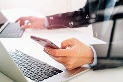 Mains d'homme d'affaires utilisant le téléphone portable dans le bureau moderne avec de la La Photos stock
