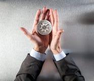 Mains d'homme d'affaires utilisant une boussole, recherchant la direction de société Images libres de droits