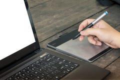 Mains d'homme dactylographiant sur l'ordinateur portable Photo stock