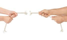 Mains d'homme et de femme avec casser la corde Image stock