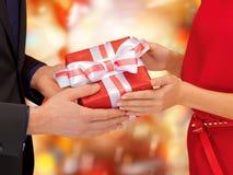 Mains d'homme et de femme avec le boîte-cadeau image libre de droits