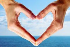 Mains d'homme formant un coeur Photos libres de droits