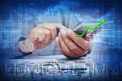 Mains d'homme d'investisseur avec la calculatrice Photographie stock libre de droits