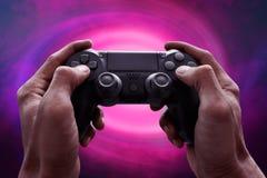 Mains d'homme jouant des jeux vidéo image libre de droits