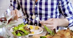 Mains d'homme mangeant le poulet et le détail de pommes de terre Quatre vrais amis francs heureux ont plaisir à dîner le déjeuner clips vidéos