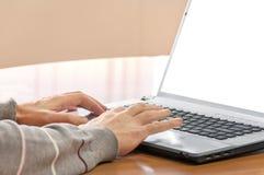 Mains d'homme sur l'ordinateur portable Photo libre de droits