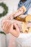 Mains d'homme tenant le bois de chauffage dans le grenier confortable Photo libre de droits