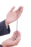 Mains d'homme tenant le collier argenté Image stock