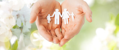 Mains d'homme tenant le coupe-circuit de papier de la famille Images libres de droits