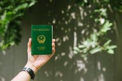 Mains d'homme tenant le passeport vietnamien déplacement prêt photographie stock