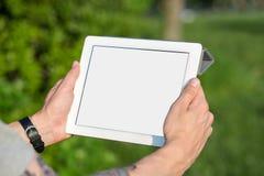 Mains d'homme tenant le PC de comprimé images libres de droits