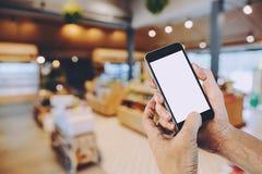 Mains d'homme tenant le téléphone intelligent Photos libres de droits