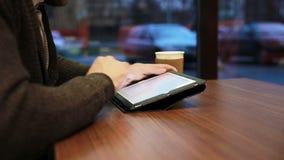 Mains d'homme utilisant l'écran tactile de comprimé en café clips vidéos