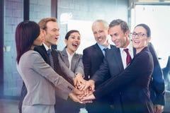 Mains d'hommes d'affaires empilées au-dessus de l'un l'autre Photo stock