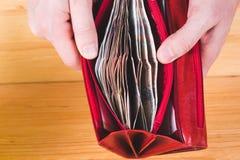 Mains d'hommes ouvrant le portefeuille rouge avec l'argent russe Économie Co d'argent photos stock