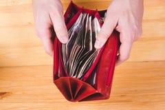 Mains d'hommes ouvrant le portefeuille rouge avec l'argent russe Économie Co d'argent photo libre de droits