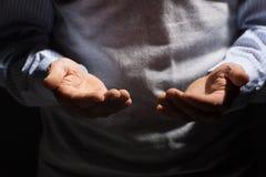 Mains d'hommes supérieurs. Images libres de droits