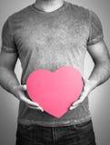 Mains d'hommes tenant la forme de coeur Image stock