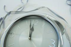 Mains d'horloge atteignant le minuit de 12 horloges Photographie stock