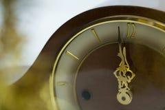 Mains d'horloge atteignant le minuit de 12 horloges Images libres de droits