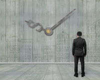 Mains d'horloge de signe d'argent sur le mur en bois avec des griffonnages et le looki d'homme Images stock