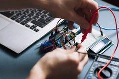 Mains d'ingénieur fonctionnant avec des éléments d'ordinateur image libre de droits