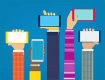 Mains d'interaction utilisant les apps mobiles Images libres de droits
