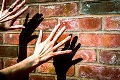 Mains d'ombre sur le mur de briques ensoleillé photos libres de droits