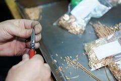 Mains d'ouvrier avec des outils images libres de droits