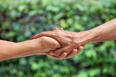 Mains d'un aîné plus âgé Image libre de droits