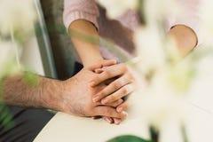 Mains d'un couple affectueux Images stock