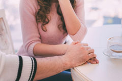 Mains d'un couple affectueux Photographie stock libre de droits