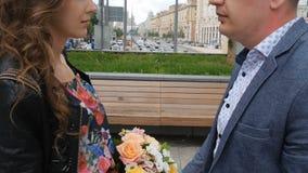 Mains d'un couple dans l'amour une date romantique Dans la perspective d'un beau bouquet banque de vidéos
