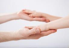 Mains d'un enfant et d'un père se tenant Image libre de droits