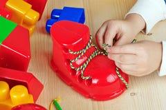Mains d'un enfant jouant des jeux Photographie stock libre de droits