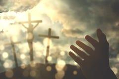 Mains d'un homme chrétien avec trois crucifix photo stock