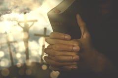 Mains d'un homme chrétien avec une bible image stock