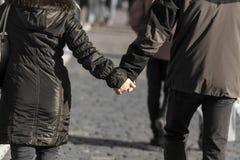 Mains d'un homme et d'une femme en parc Image libre de droits